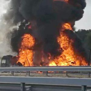 "Камион ""Мерцедес"" пламна в движение и изгоря"