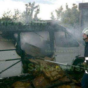 Микробус пламна от огън с казан компоти