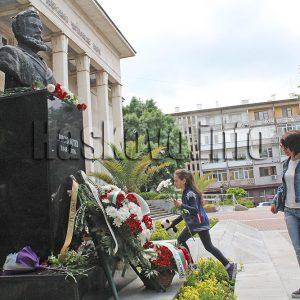 С вой на сирени, венци и цветя Хасково почете 144 г. от гибелта на Ботев – ВИДЕО