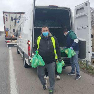 Храна, вода, маски и ръкавици раздават на шофьорите от опашката на границата