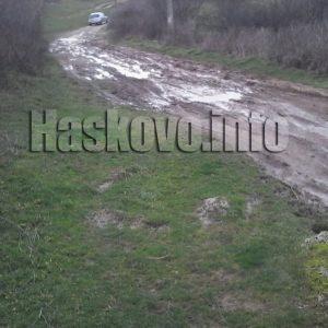 Дере пълно с боклуци и непроходими кални улици в Брягово