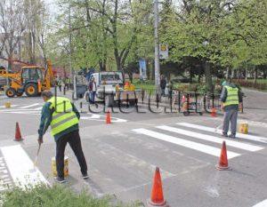 Затвориха булеварда покрай пазара в Хасково за сеч и освежаване на маркировката