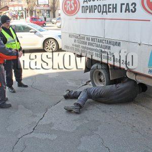 Камион за доставка на газ аварира и затрудни движението до зеленчуковия пазар в Хасково