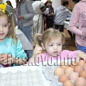 Лазарки и писани яйца във Великденската работилница в музея