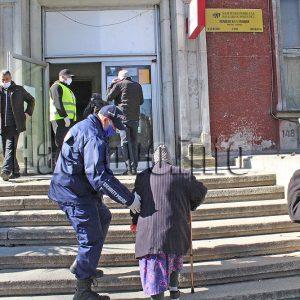 Опашки за пенсиите в Хасково, доброволци и полицаи раздават маски
