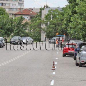 Освежават маркировката по хасковски улици, паркирани коли пречат на машината