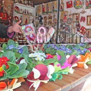 Продават цветя в помощ на нуждаеща се млада жена в центъра на Хасково