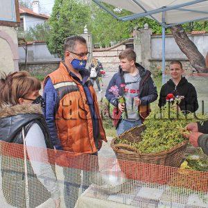 Раздават върбови клонки пред църквите на Цветница
