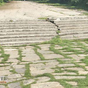 Снимка на деня: Рушащи се стълби