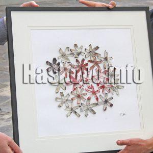 Художничка подари уникална картина от пашкули на музея в Хасково