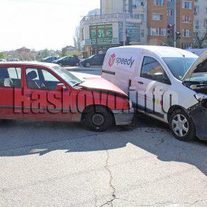 Шофьор пострада при катастрофа на оживено кръстовище в Хасково